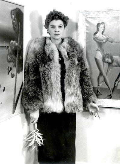 Leonor Fini en la exposición Fantastic art, dada, surrealism en el MoMA, frente a su obra. 1936